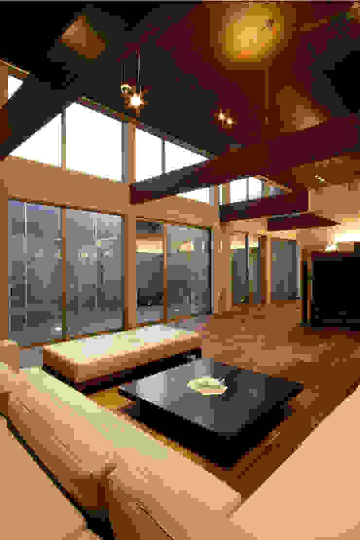 都市の中のコテージ「癒せる木造りの家」 モダンデザインの リビング の 草木義博 Kukan Design Works Inc. モダン 木 木目調