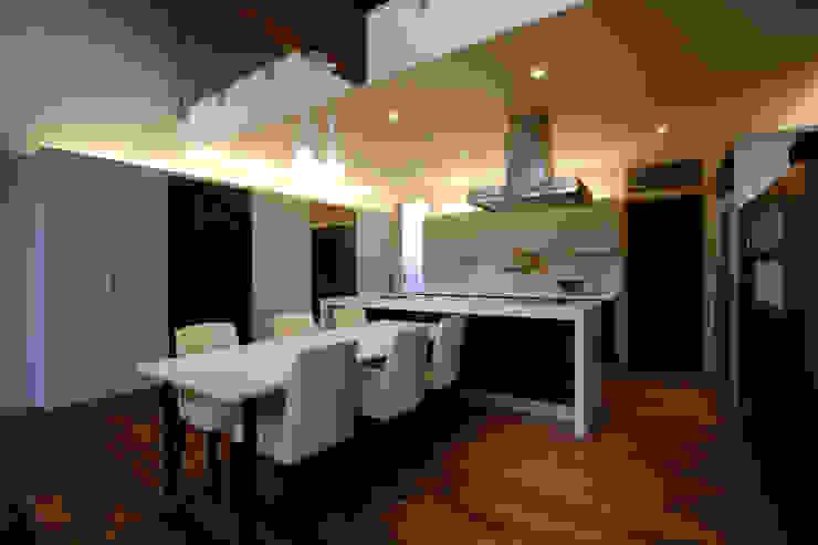 都市の中のコテージ「癒せる木造りの家」 モダンな キッチン の 草木義博 Kukan Design Works Inc. モダン プラスティック