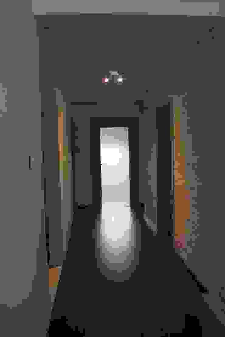 dom pod lasem Nowoczesny korytarz, przedpokój i schody od Julia Domagała wnętrza Nowoczesny