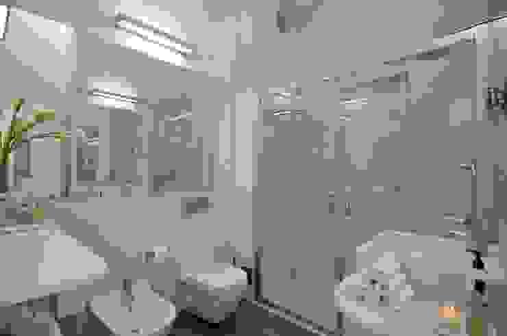 Private Residence in Vilamoura Modern bathroom by Leonor Moreira Romba - Arquitecturas Modern