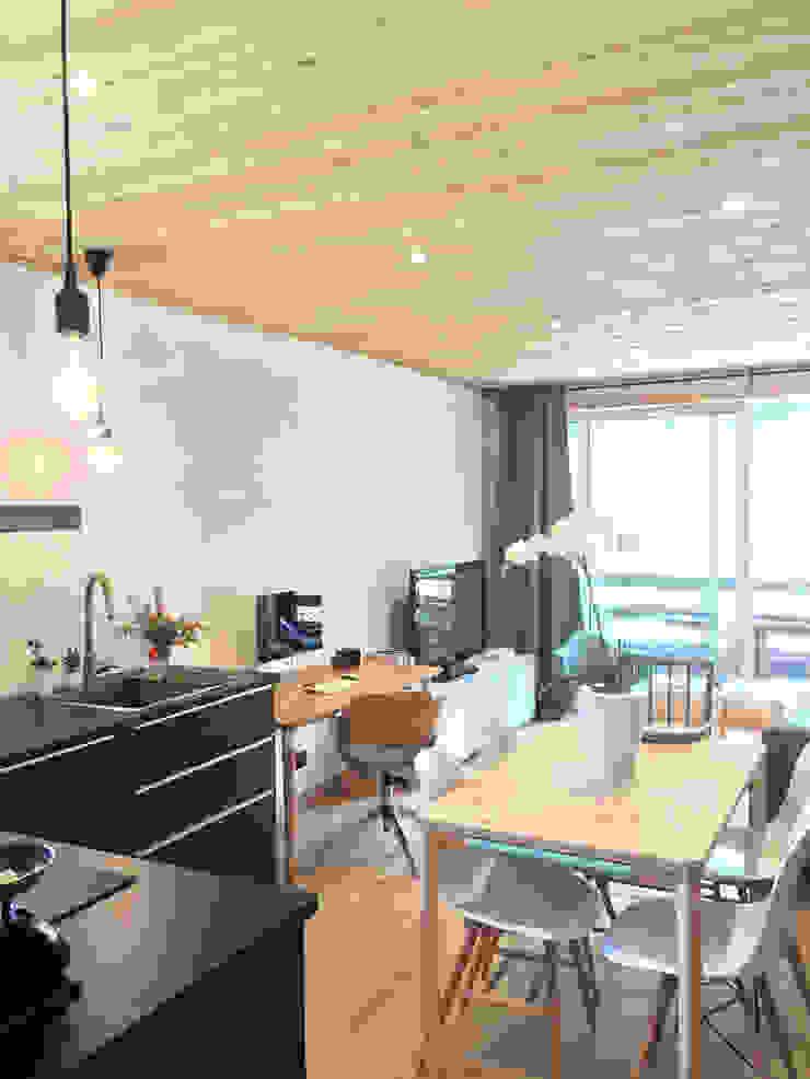 Modern Kitchen by HomeMade Architecture[s]® Modern