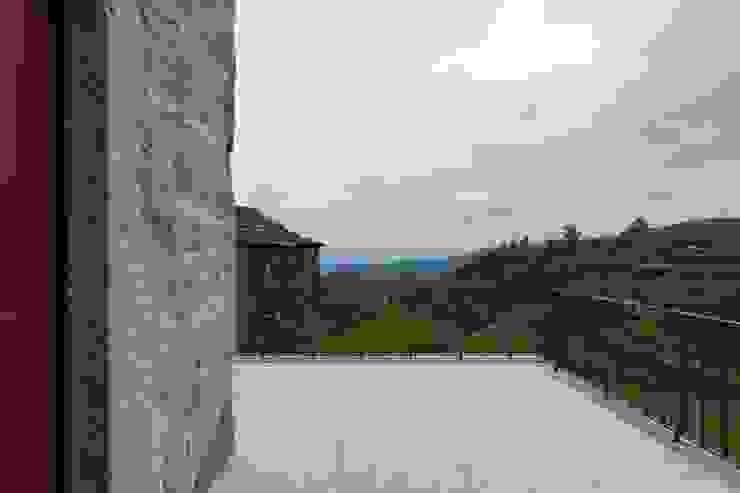Casa de Campo na Aldeia da Felgueira Varandas, marquises e terraços campestres por André Eduardo Tavares Arquitecto Campestre