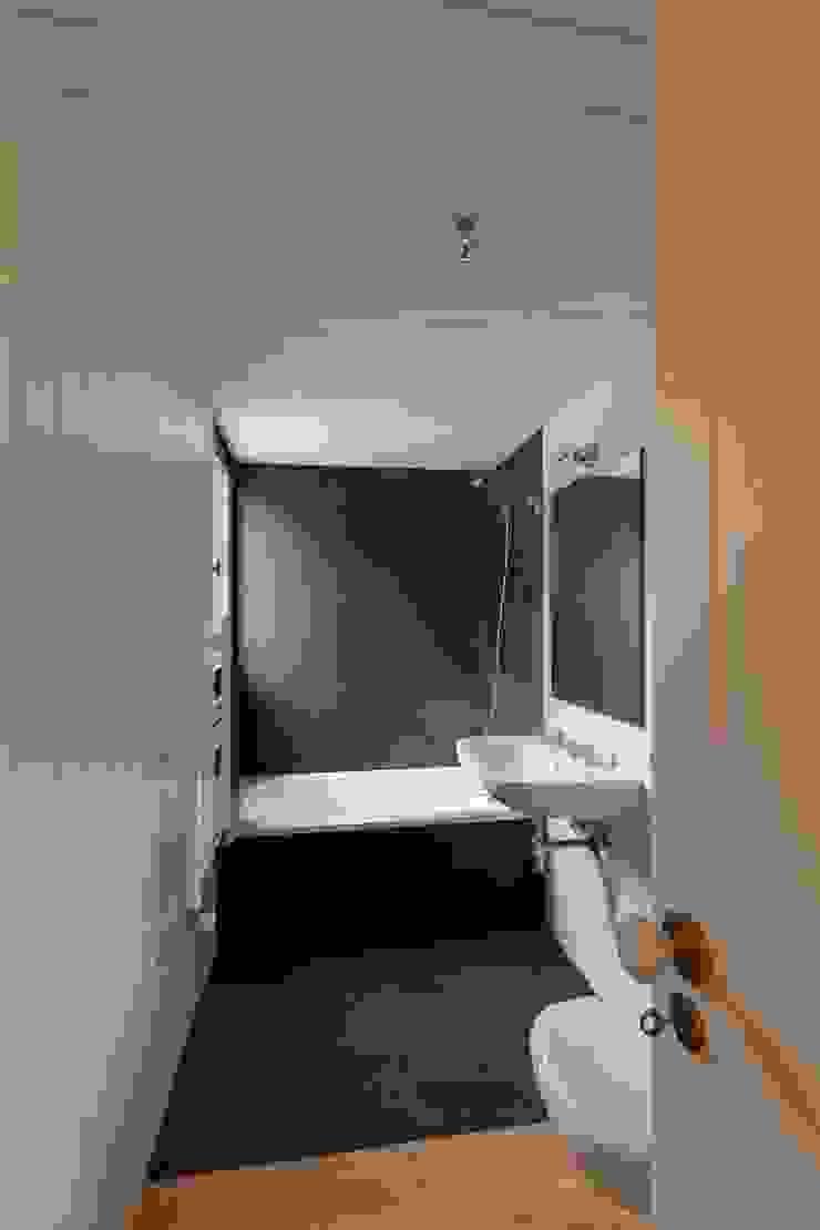 Casa de Campo na Aldeia da Felgueira Casas de banho campestres por André Eduardo Tavares Arquitecto Campestre