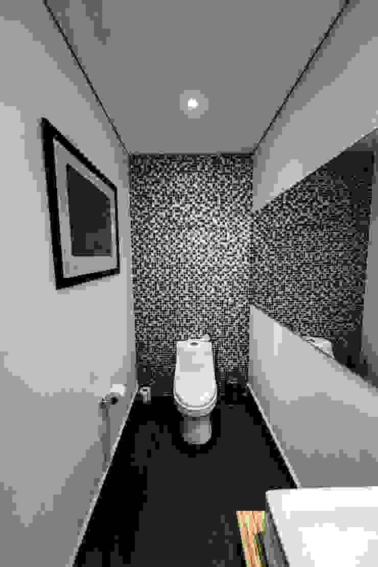 Minimalist style bathrooms by gOO Arquitectos Minimalist Tiles