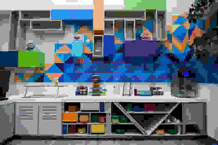 homify KitchenStorage Wood-Plastic Composite Multicolored