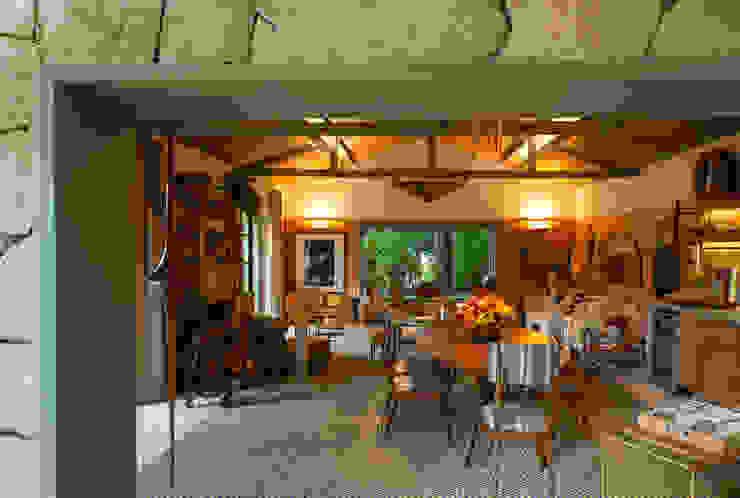 Ruang Keluarga oleh Marina Linhares Decoração de Interiores, Tropis