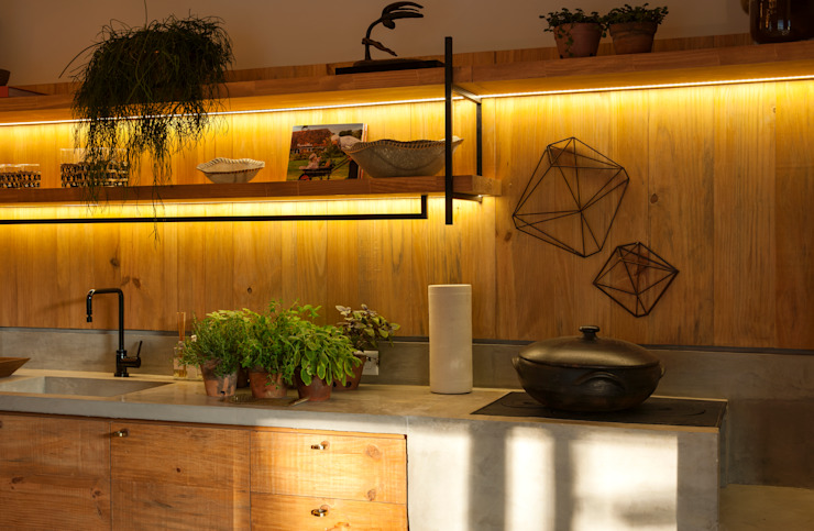 Cucina in stile tropicale di Marina Linhares Decoração de Interiores Tropicale