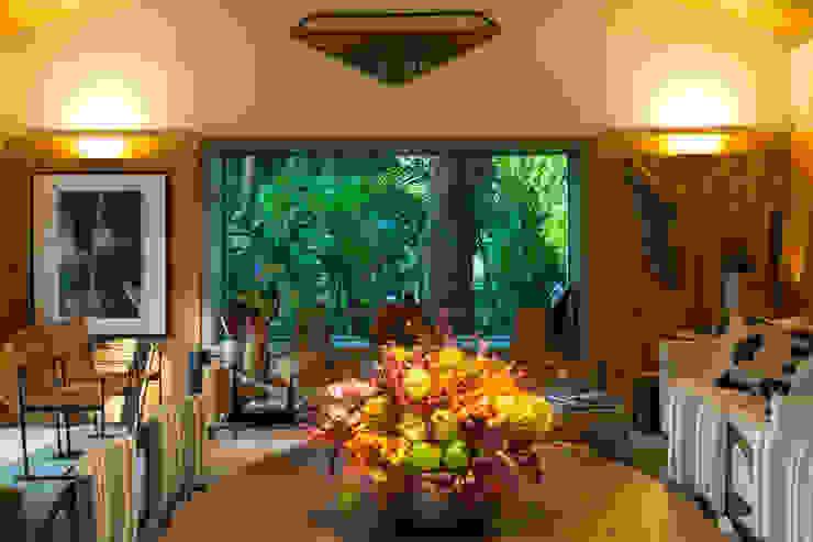 Tropical style dining room by Marina Linhares Decoração de Interiores Tropical