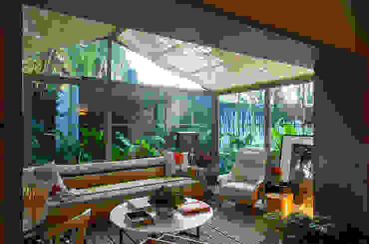 Soggiorno in stile tropicale di Marina Linhares Decoração de Interiores Tropicale