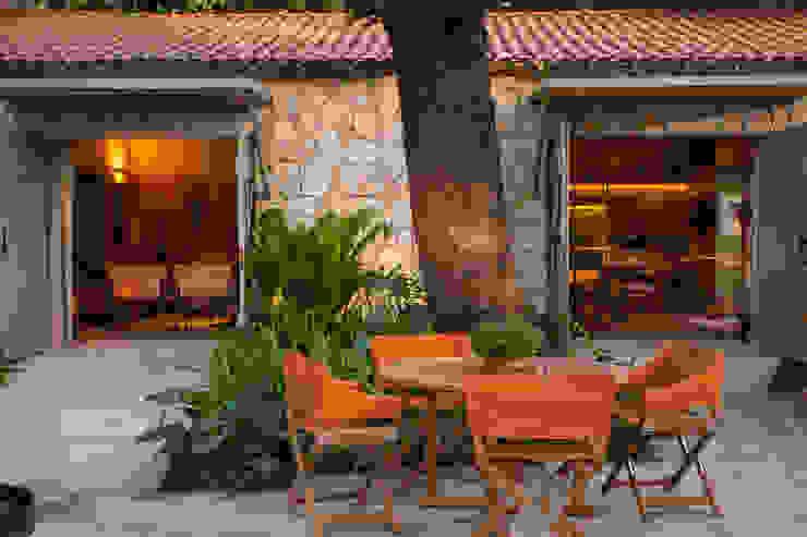 Tropical style garden by Marina Linhares Decoração de Interiores Tropical