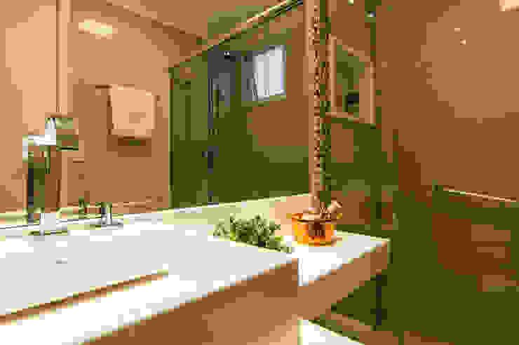 Banho da Suíte Banheiros modernos por LC ARQUITETURA Moderno