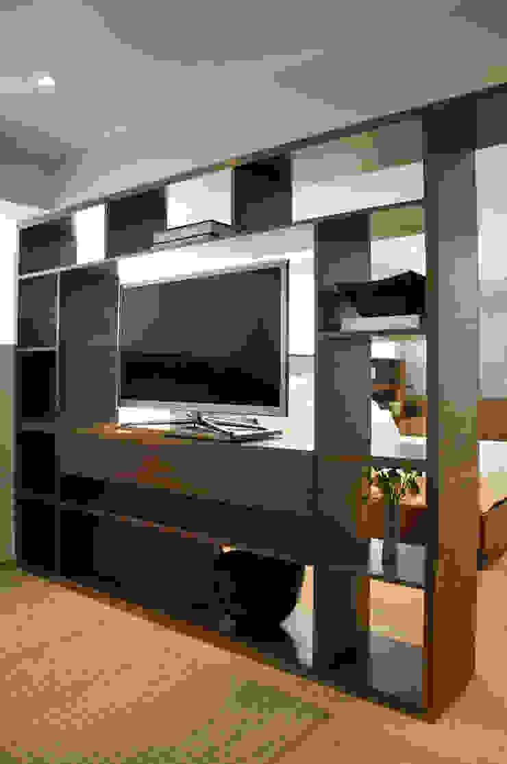 Mueble Divisorio TV / Recámara Principal de Basch Arquitectos Escandinavo Madera Acabado en madera