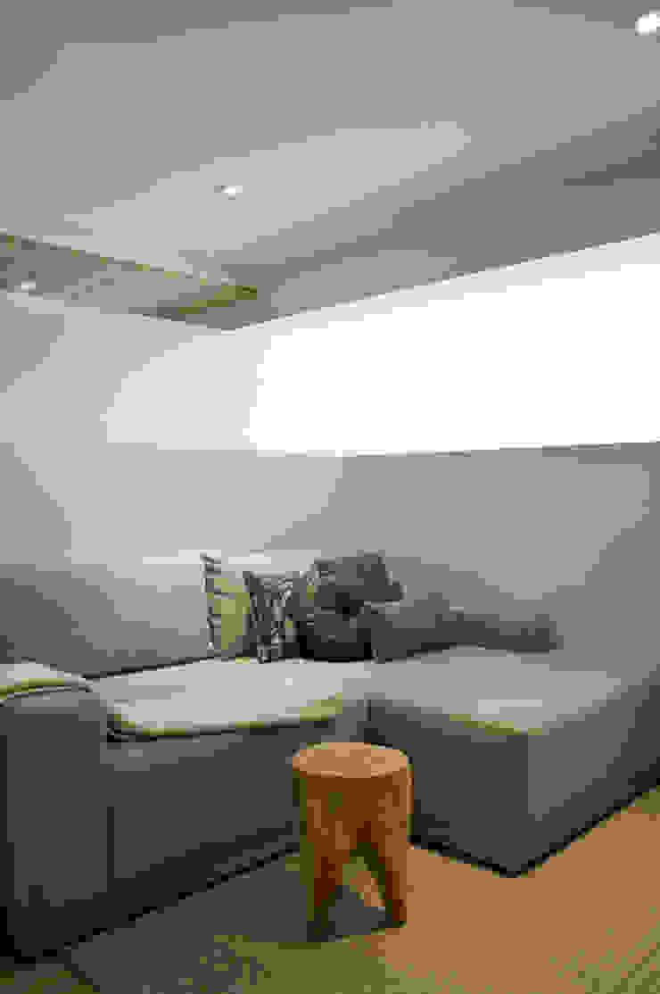 Sala de TV de Basch Arquitectos Escandinavo Madera Acabado en madera