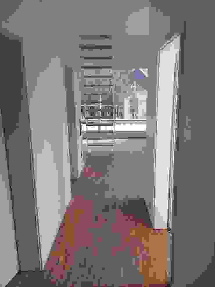 Neubau eines Mehrfamilienhauses mit zwei Wohneinheiten Moderner Flur, Diele & Treppenhaus von raumumraum architekten Modern