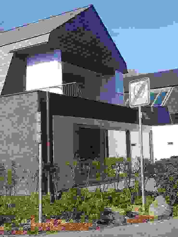 Neubau eines Mehrfamilienhauses mit zwei Wohneinheiten Moderne Häuser von raumumraum architekten Modern
