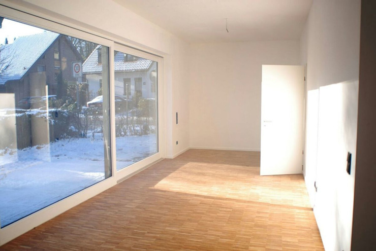 Neubau eines Mehrfamilienhauses mit zwei Wohneinheiten Moderne Wohnzimmer von raumumraum architekten Modern