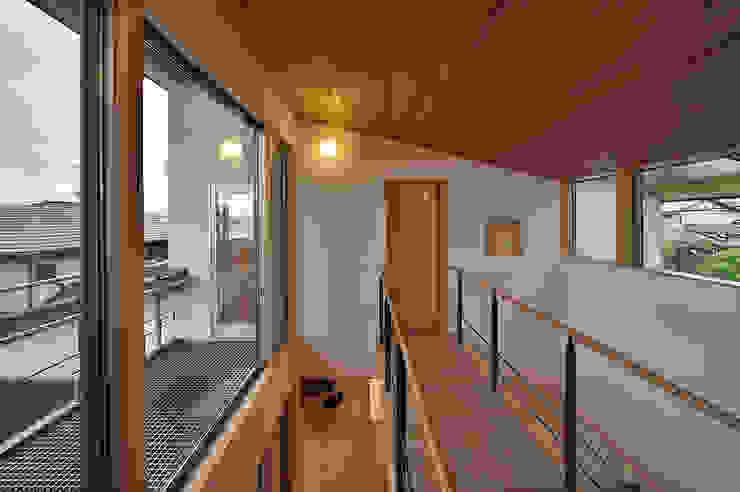 MJ2-house ブリッジ 株式会社 森本建築事務所 北欧スタイルの 玄関&廊下&階段 無垢材 木目調