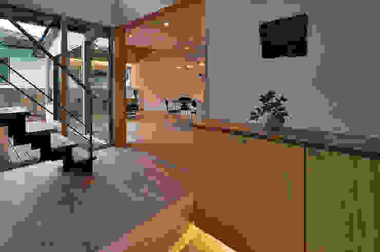 MJ2-house玄関から 北欧スタイルの 玄関&廊下&階段 の 株式会社 森本建築事務所 北欧 無垢材 多色
