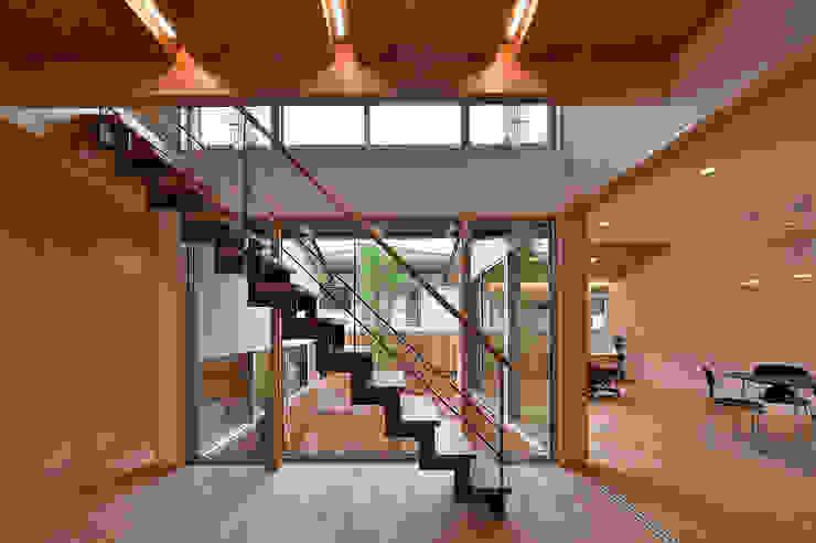 MJ2-house玄関ホール 北欧スタイルの 玄関&廊下&階段 の 株式会社 森本建築事務所 北欧 無垢材 多色