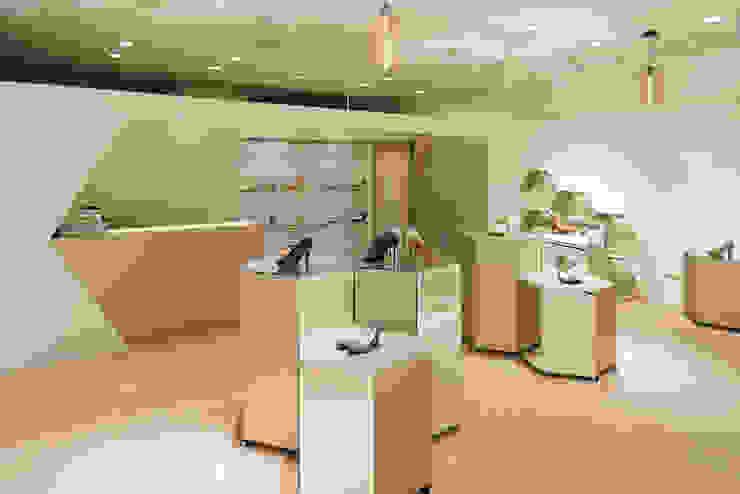 Closets por LINEs AND ANGLEs inc. Moderno Têxtil Ambar/dourado