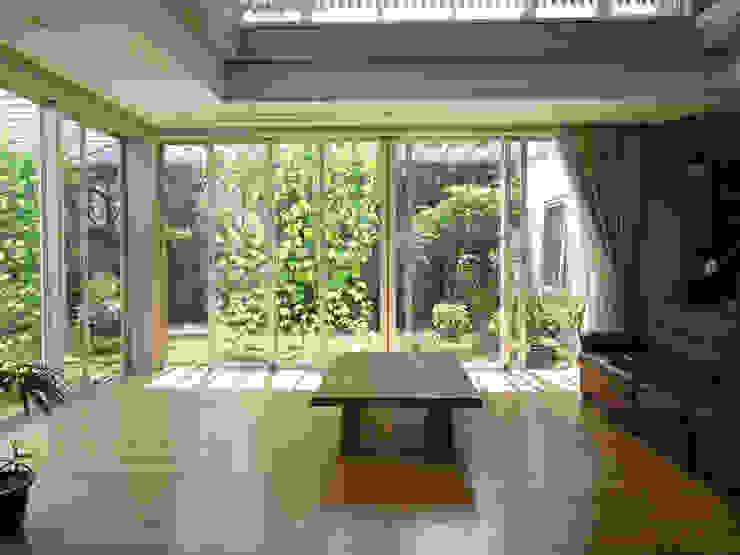 緑と空につながる家 ミニマルデザインの リビング の 新野裕之建築設計 Hiroyuki Niino Architecture ミニマル 木 木目調