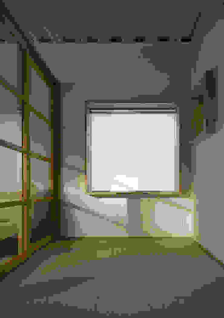 Salle multimédia moderne par 大野アトリエ Moderne
