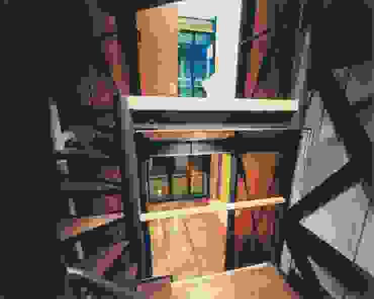 階段室からリビングを見る ミニマルスタイルの 玄関&廊下&階段 の 有限会社 高橋建築研究所 ミニマル 金属