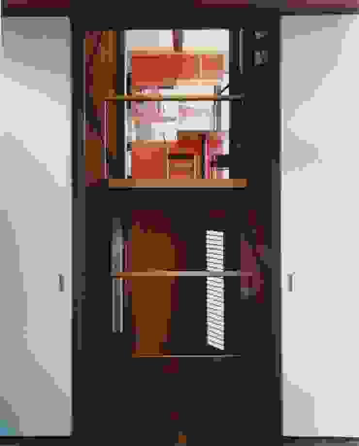 リビングから階段室越しにダイニングを見る。 ミニマルデザインの リビング の 有限会社 高橋建築研究所 ミニマル 合板(ベニヤ板)