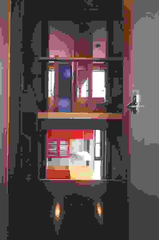 階段室から見る子供室とダイニング ミニマルスタイルの 玄関&廊下&階段 の 有限会社 高橋建築研究所 ミニマル 合板(ベニヤ板)