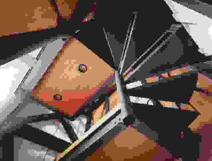 屋上に至る螺旋階段。 ミニマルスタイルの 玄関&廊下&階段 の 有限会社 高橋建築研究所 ミニマル 鉄/鋼