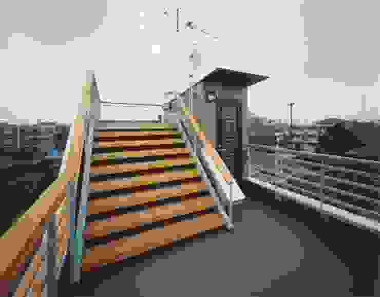 屋上 ミニマルな 家 の 有限会社 高橋建築研究所 ミニマル 木 木目調
