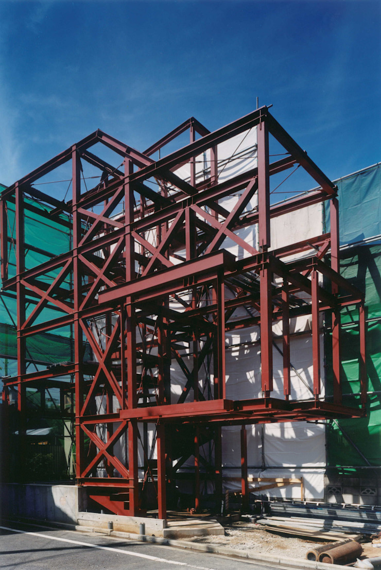 キッチン・ダイニングは吊り構造となっている。その下は駐車場。 ミニマルな 家 の 有限会社 高橋建築研究所 ミニマル 鉄/鋼