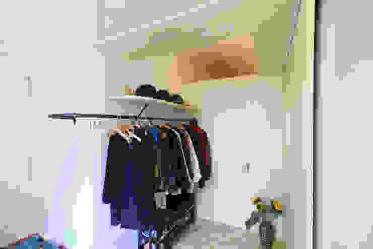 Minimalistyczny korytarz, przedpokój i schody od allmermacke Minimalistyczny Sklejka