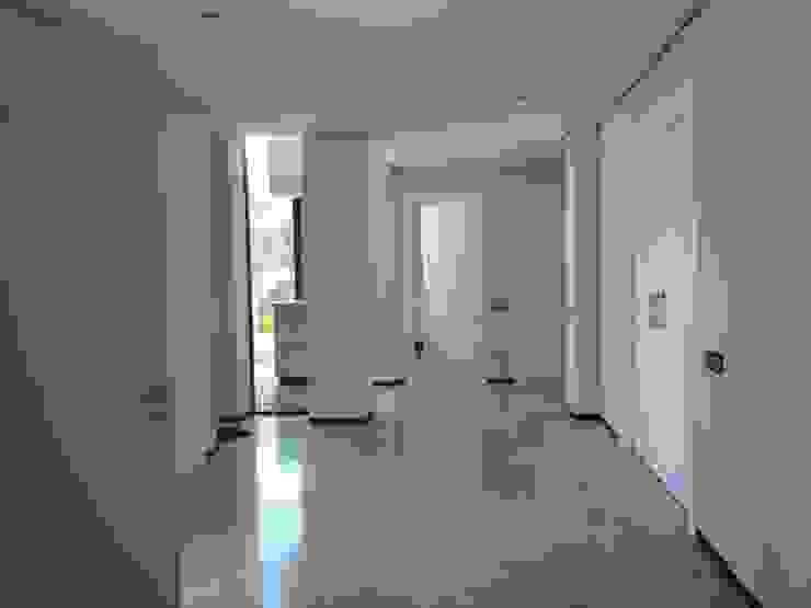 VIVIENDA UNIFAMILIAR Pasillos, vestíbulos y escaleras de estilo moderno de CARLOS TRIGO GARCIA Moderno