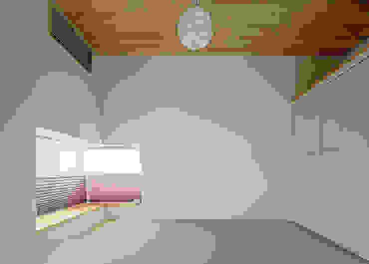 N house: 株式会社K&T一級建築士事務所が手掛けた現代のです。,モダン 麻/リネン ピンク