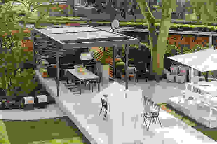 Treetops View | UmbrisbyIQ Balcones y terrazas modernos de IQ Outdoor Living Moderno Aluminio/Cinc