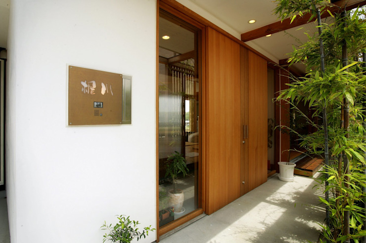 松永鉄快建築事務所 Pasillos, vestíbulos y escaleras de estilo moderno Madera maciza Acabado en madera
