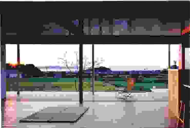 松永鉄快建築事務所 Salas modernas Madera maciza Acabado en madera