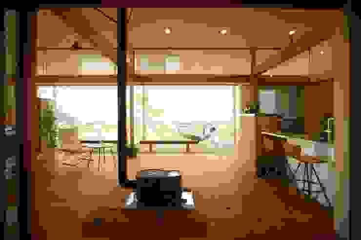 郷風-Satoburi-: 松永鉄快建築事務所が手掛けたリビングです。,モダン 無垢材 多色
