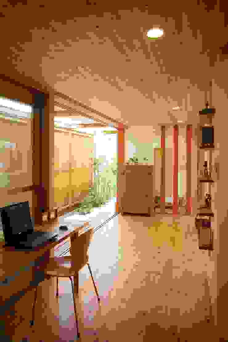 松永鉄快建築事務所 Estudios y despachos de estilo moderno Madera maciza Acabado en madera