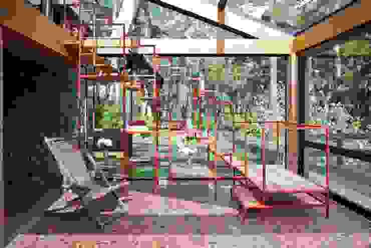 Detalhe da Escada Interna: Corredores e halls de entrada  por Carlos Bratke Arquiteto ,