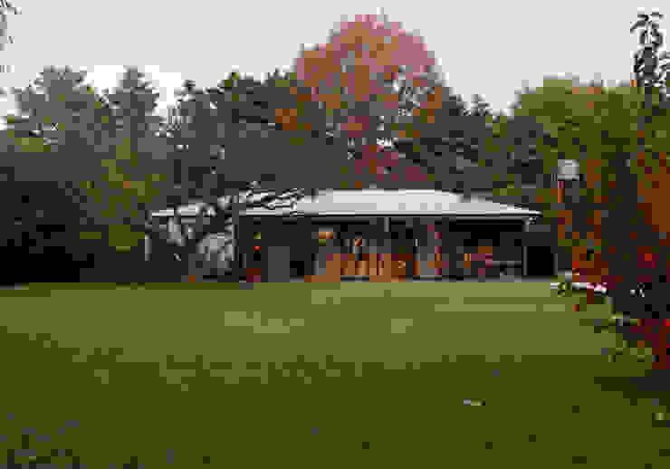 Nowoczesny ogród od IR arquitectura Nowoczesny Matal