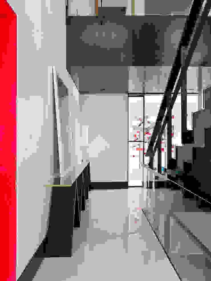 現代風玄關、走廊與階梯 根據 SA&V - SAARANHA&VASCONCELOS 現代風