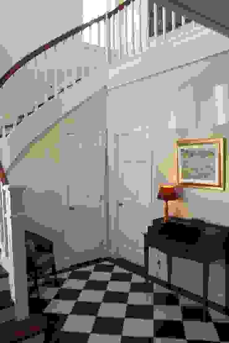 MANSION MINSTER Stairs Klassischer Flur, Diele & Treppenhaus von THE WHITE HOUSE american dream homes gmbh Klassisch