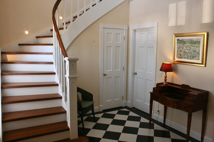 THE WHITE HOUSE american dream homes gmbh Classic style corridor, hallway and stairs