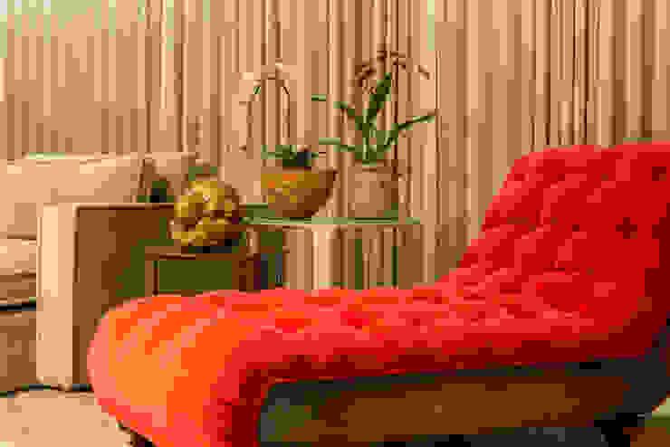 现代客厅設計點子、靈感 & 圖片 根據 Flaviane Pereira 現代風 銅/青銅/黃銅