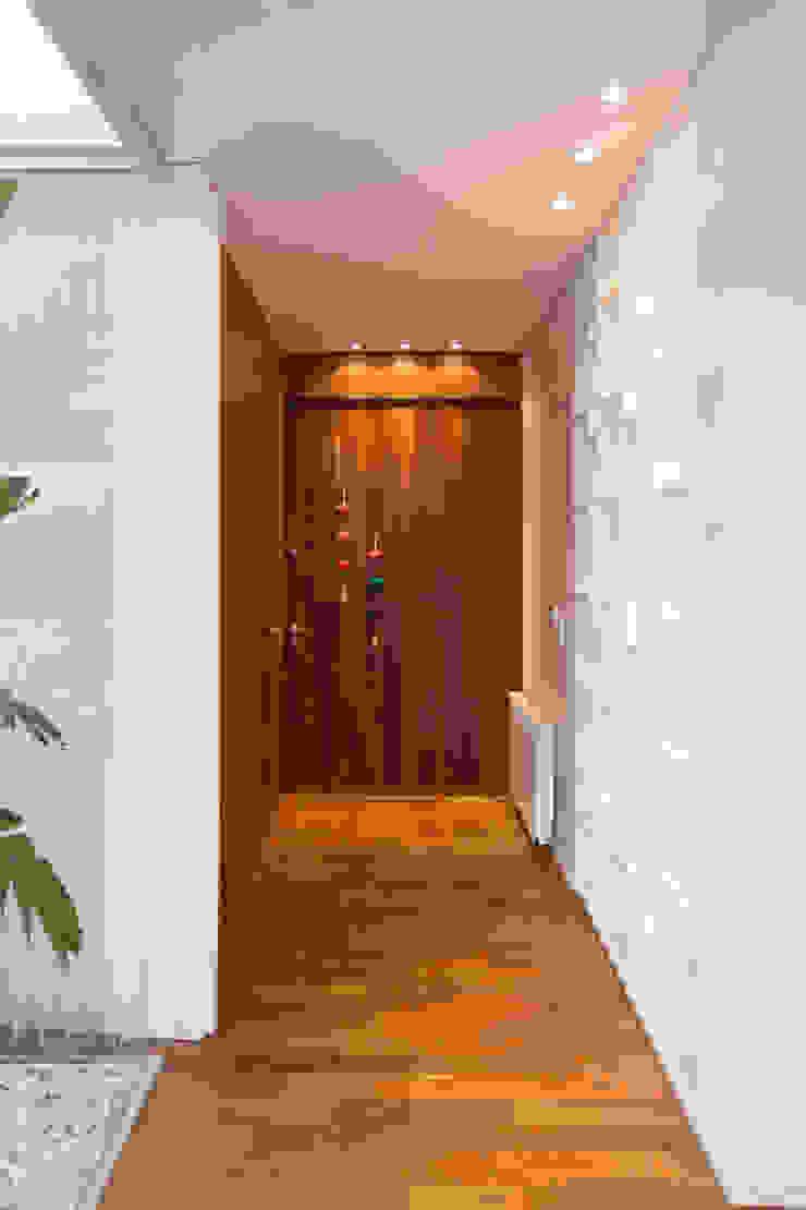Modern Corridor, Hallway and Staircase by VISMARACORSI ARQUITECTOS Modern