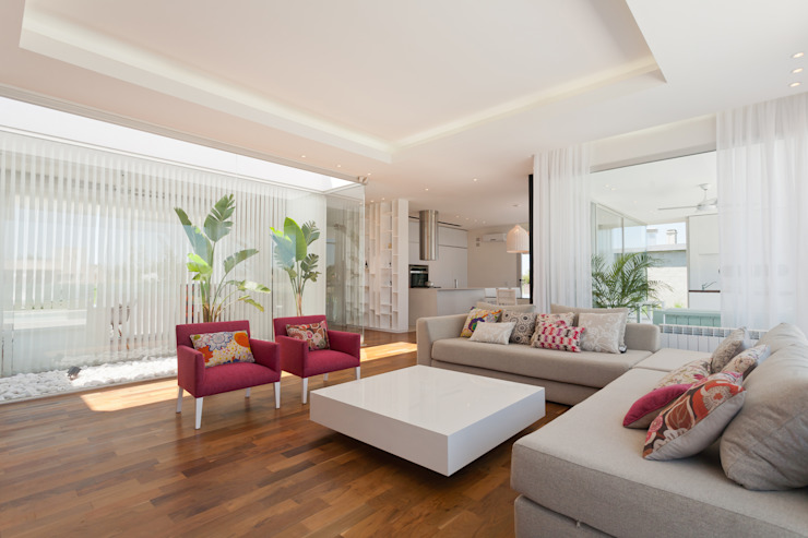Living room by VISMARACORSI ARQUITECTOS