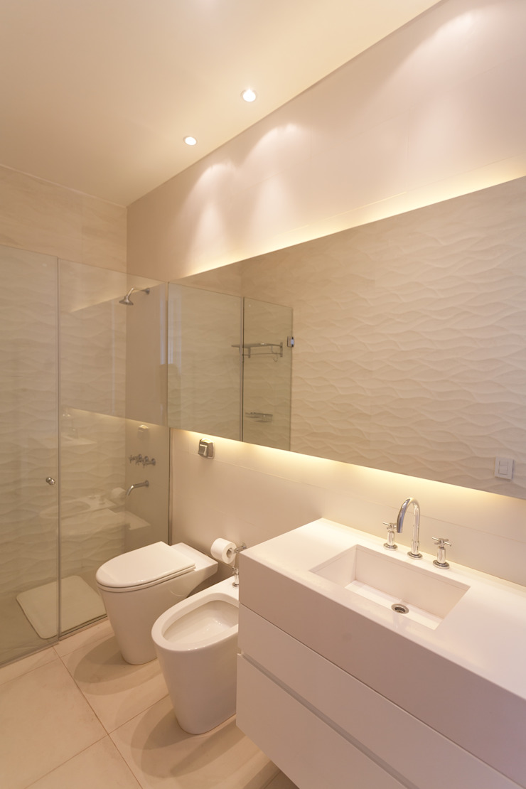 Modern bathroom by VISMARACORSI ARQUITECTOS Modern