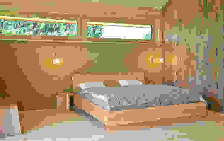 Gestecktes Bett mit Nachtkästchen von Holzbearbeitung Raphael Lempert Minimalistisch Holz Holznachbildung